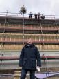 Bürgermeister Harscher vor der Rohbaufertigstellung der Sporthalle