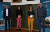 Bürgermeister Dirk Harscher gratuliert Angelika Strütt, Jasmin Knupfer und Andreas Gaenzle zu ihrem Dienstjubiläum